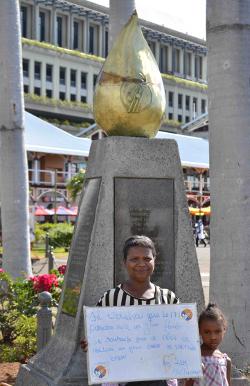 Stèle en l'honneur des victimes de la misère à Port Louis Waterfront - Île Maurice (photo Gilbert Descombes)