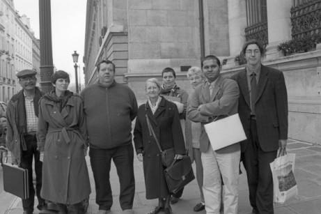 Devant l'Assemblée Nationale le 25 mars 1997, Geneviève de Gaulle (au centre) avec la délégation venue participer à une table ronde sur la loi contre les exclusions (Pierre Segondi, ATD Quart Monde)