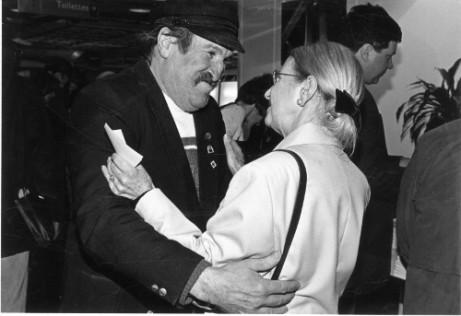 Geneviève de Gaulle Anthonioz saluant un militant ATD Quart Monde, Marcel Garraud, lors des Journées du livre contre la misère à La Villette le 25 février 1996 (Eric Olivier, ATD Quart Monde)