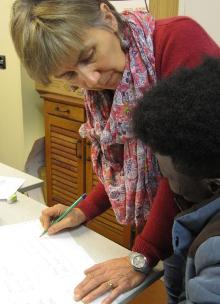 L'enseignante Annie Millot aide un élève en français le 20 mars 2015.
