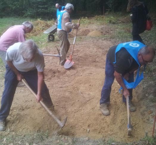 Terrassement d'un terrain dans la forêt de Beaucel près de Saint-Ganton, en vue d'y construire une hutte néolithique.