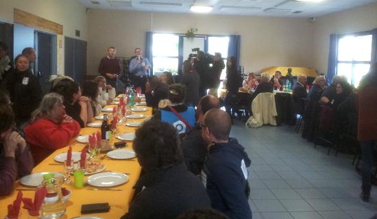 Un repas bien mérité pour tous les grévistes, dans la salle des fêtes de Pipriac !