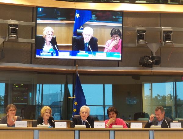 Le 21 octobre au Parlement européen. De gauche à droite, Isabelle Bouyer et Raymonde Languet, déléguées d'ATD Quart Monde, Mario Monti, ancien Président du Conseil de la République d'Italie, et Sylvie Goulard, Présidente de l'intergroupe de lutte contre la pauvreté au Parlement européen, des déléguées de Reims ( et dans le panel)