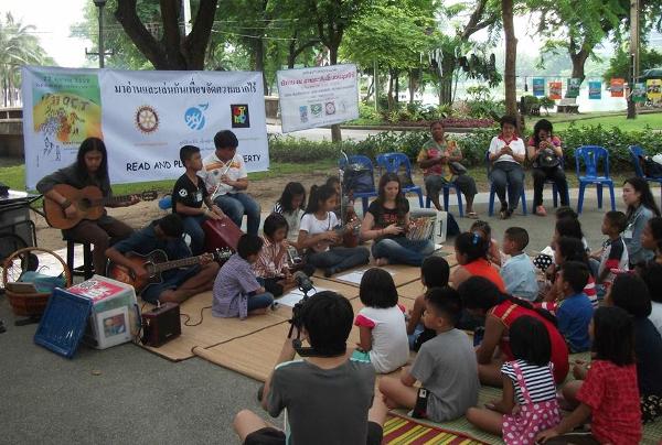 À Lumphini Park, des enfants des bibliothèques de rue ont animé une partie du rassemblement.