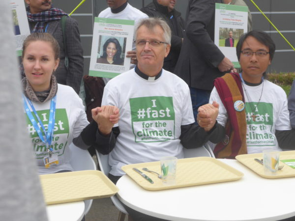 Des ONG proposent de jeûner tous les 1er du mois. A la COP21, ils ont protesté avec des plateaux vides.
